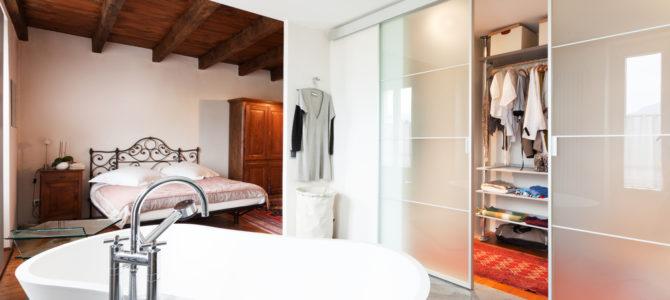 Sypialnia z łazienką – czy to dobre rozwiązanie?